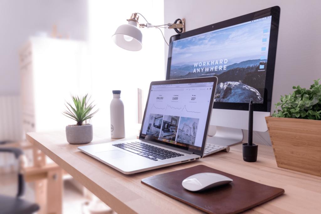 Schreibtisch mit Computer und Bildschirm