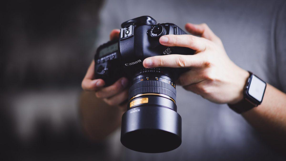 Kamera in Händen