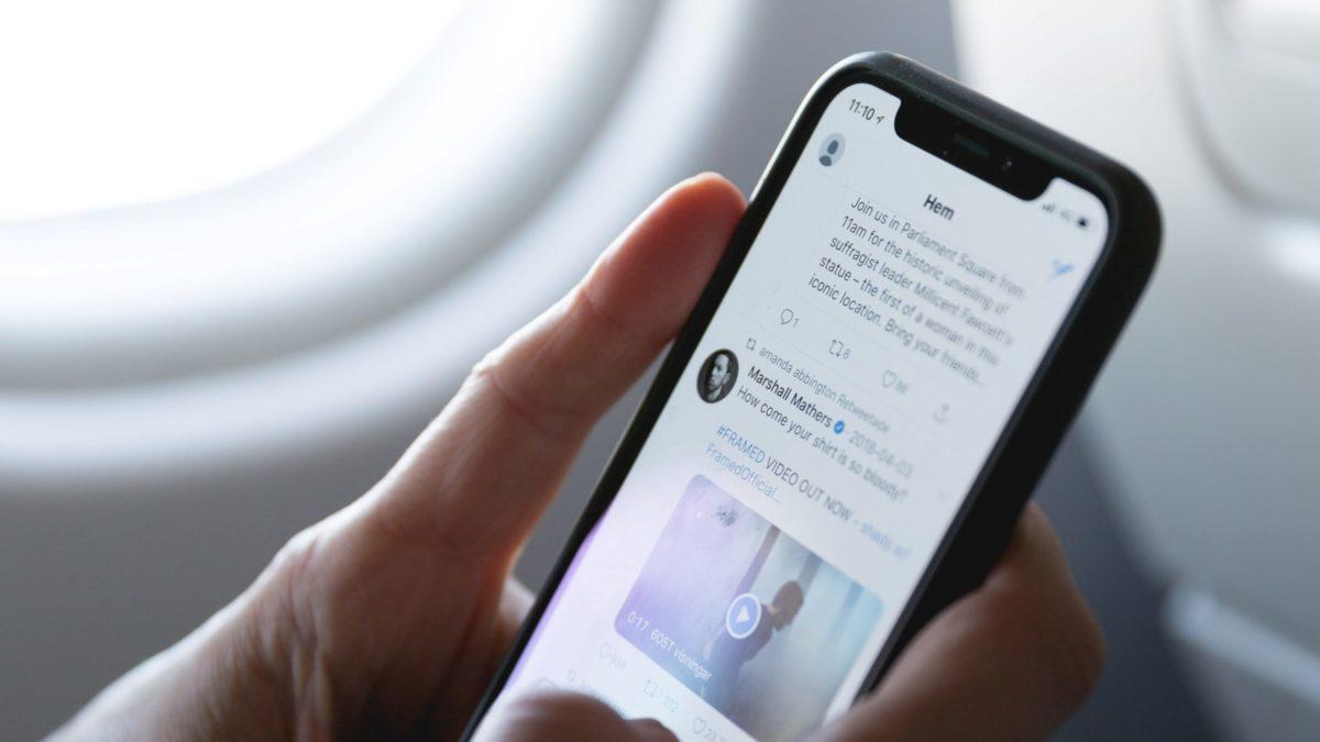 Handy mit Twitter auf dem Bildschirm