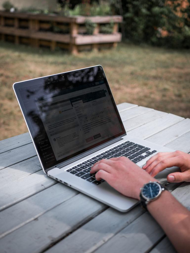 Laptop mit WordPress Seite Strg Web Radebeul Webdesign