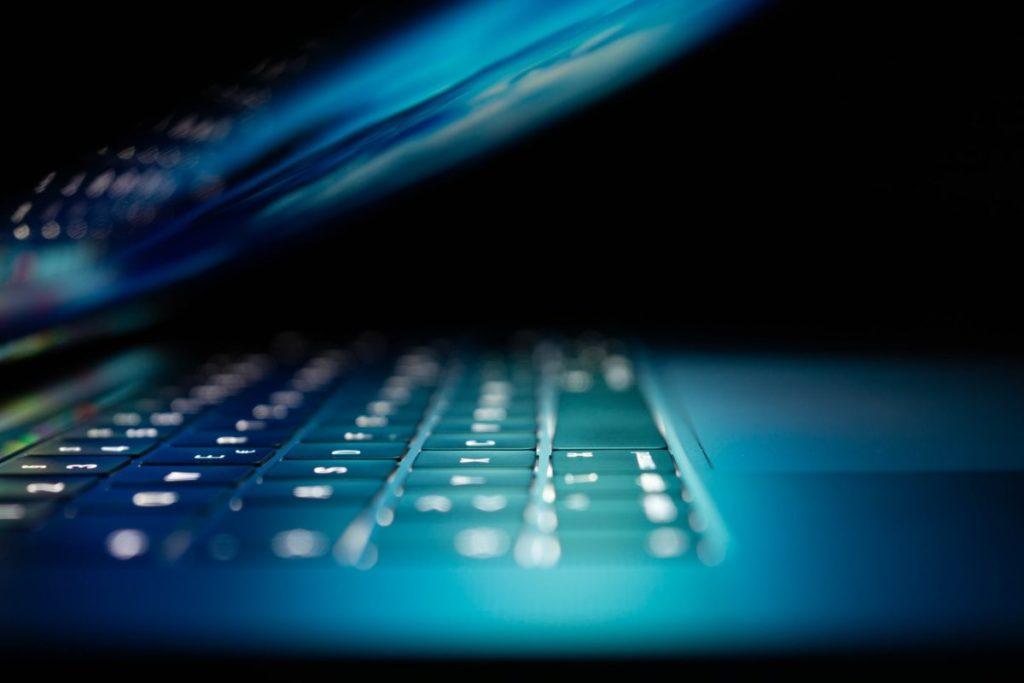 Laptop im dunklem Raum - Webseiten und Webdesign von der Online Marketing Agentur Strg Web